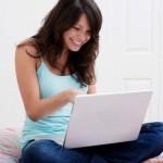 femme lisant ses messages