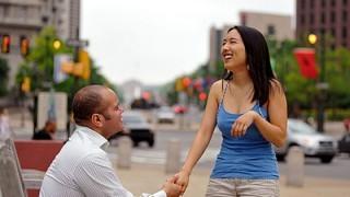 Homme arborant une femme