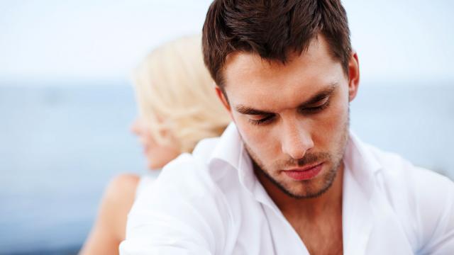 couple avec homme en premier plan, mauvaise estime de lui, peur d'un rapport