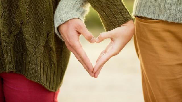 couple-amoureux-main-dans-la-main