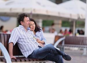 homme-avec-femme-assis-banc-public
