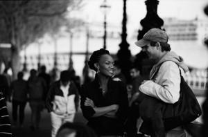 homme-avec-femme-black-dans-la-rue-regard