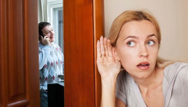 femme-ecoutant-a-la-porte-homme-au-telephone