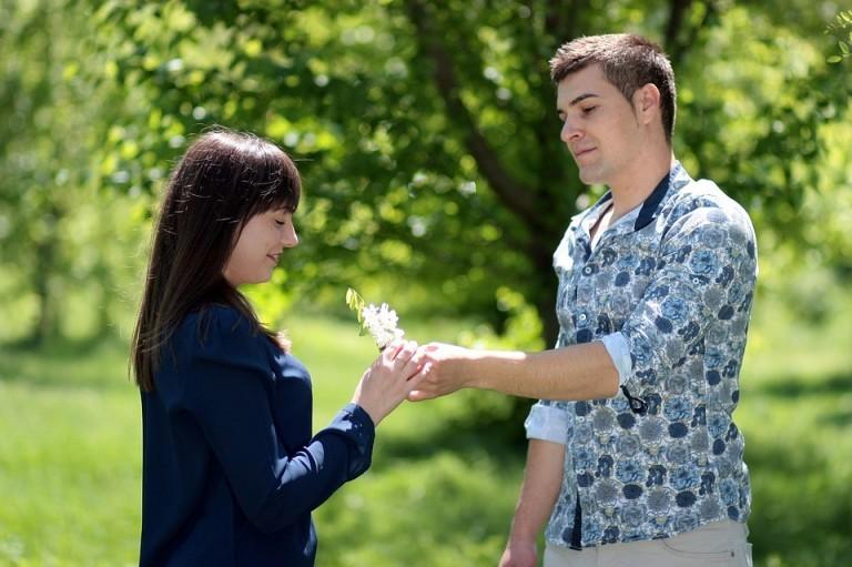homme-offre-fleur-a-une-femme