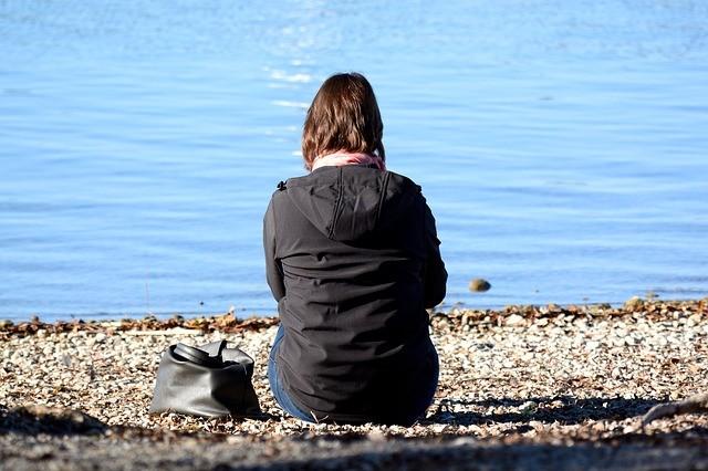 femme-devant-un-lac
