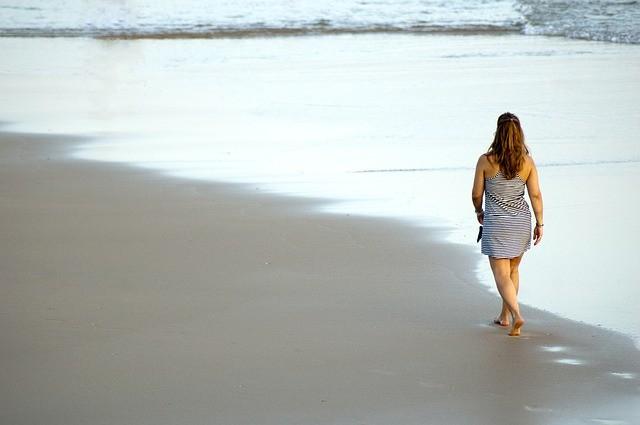 femme-seule-sur-la-plage
