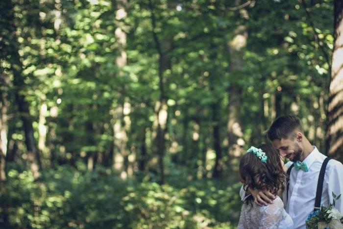 couple-romantique-dans-les-bois
