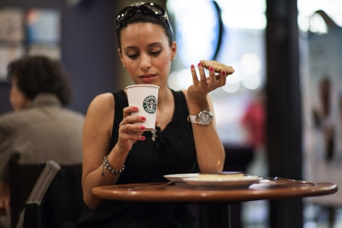 femme_seule_prend_son_cafe