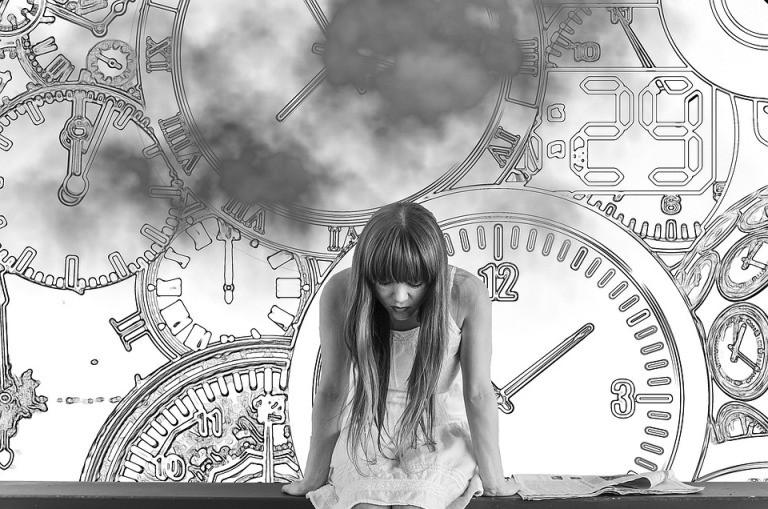 Femme face au temps qui court