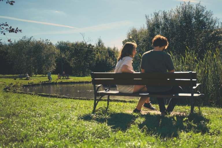 Couple assis sur un banc dans un parc