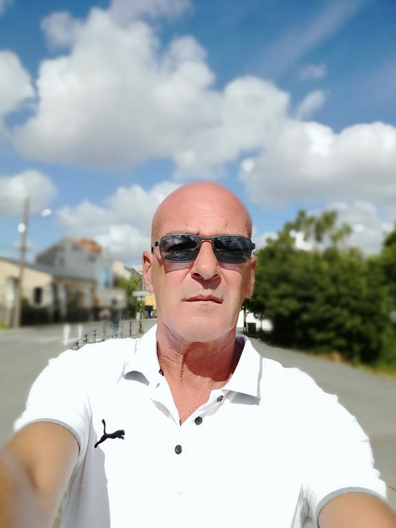 homme seul recherche pour un homme plus jeune de 20 à saint-sébastien-sur-loire